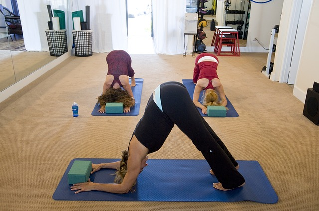 腰痛で立って腰を前に曲げると痛みの出る人!腰よりもお尻・脚の裏を伸ばすと治ります