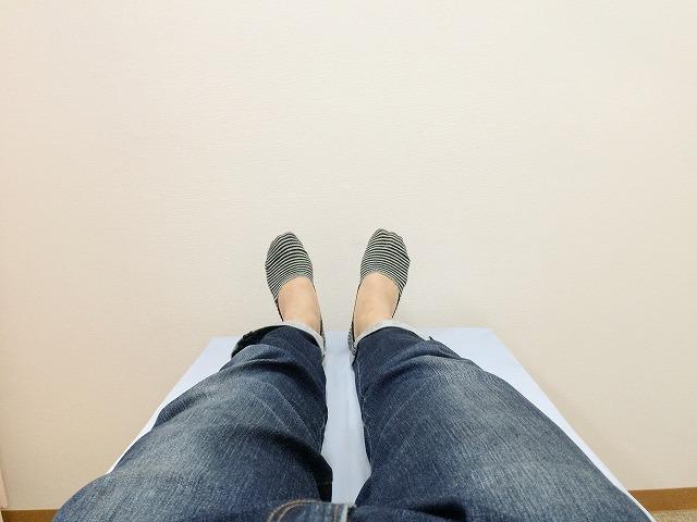 仰向けに寝っ転がって両足を伸ばす
