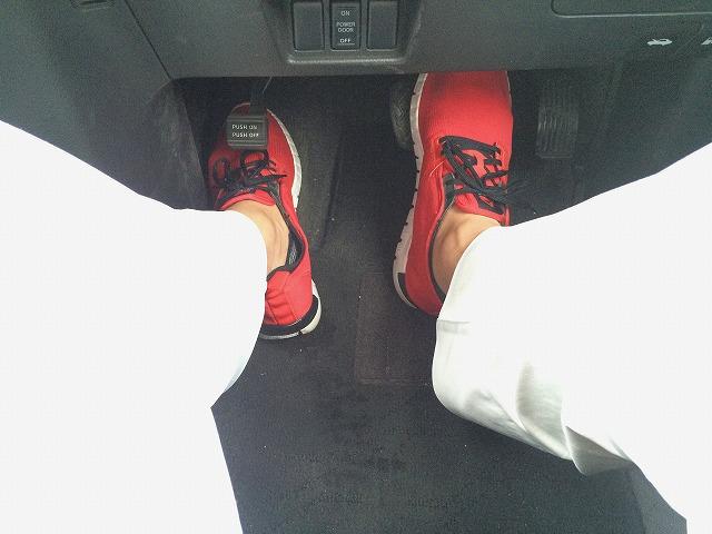 右足がブレーキに乗っているところ