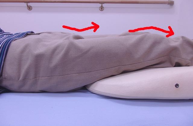 股関節と膝が少し曲がったようになる