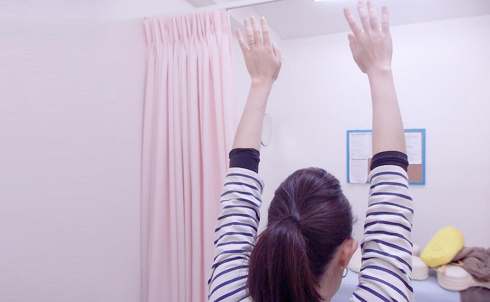 肘は伸ばして手は重ならないように上に上げる