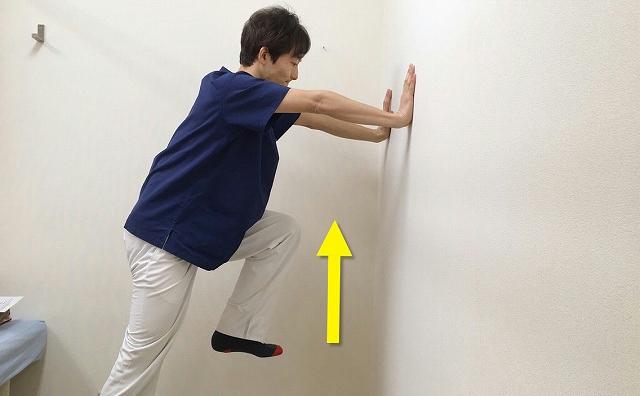 反対の足を同じようにグイッと上げる