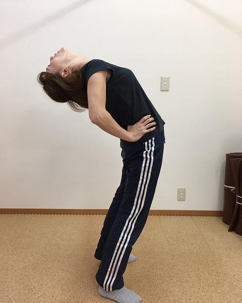 腰痛改善ストレッチ!腰を後ろに反らすと痛いときはお腹と太ももを伸ばせ!