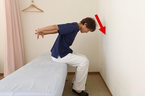 背中を丸めると腰が痛い!背中を丸めると出る腰の痛みは首と背中を緩めろ!