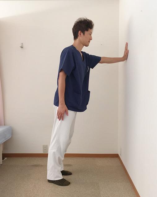 片手を壁につける