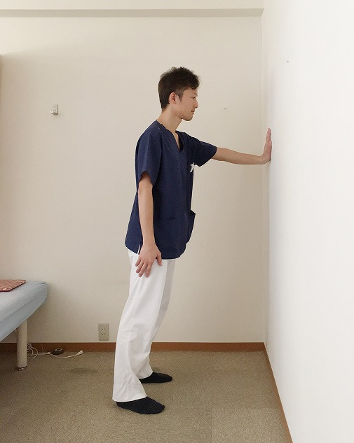 左手を壁につける