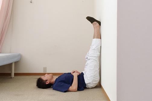 寝転がって壁にピッタリ足をつける