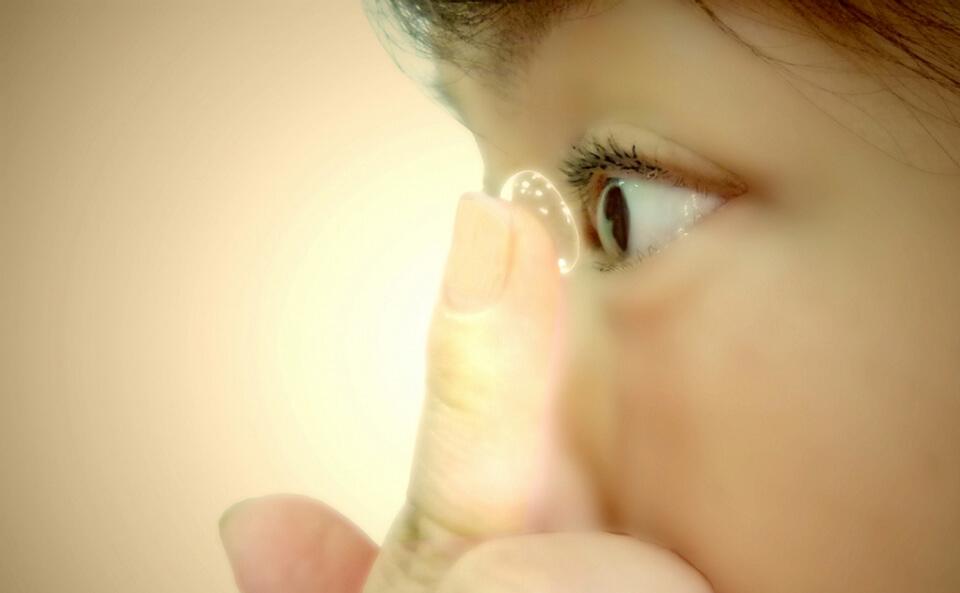 コンタクトをつける前に目を洗う