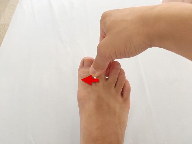 足の指をねじる