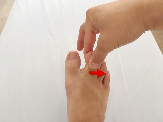 足の指を反対にねじる