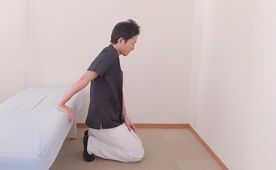 膝を床につける
