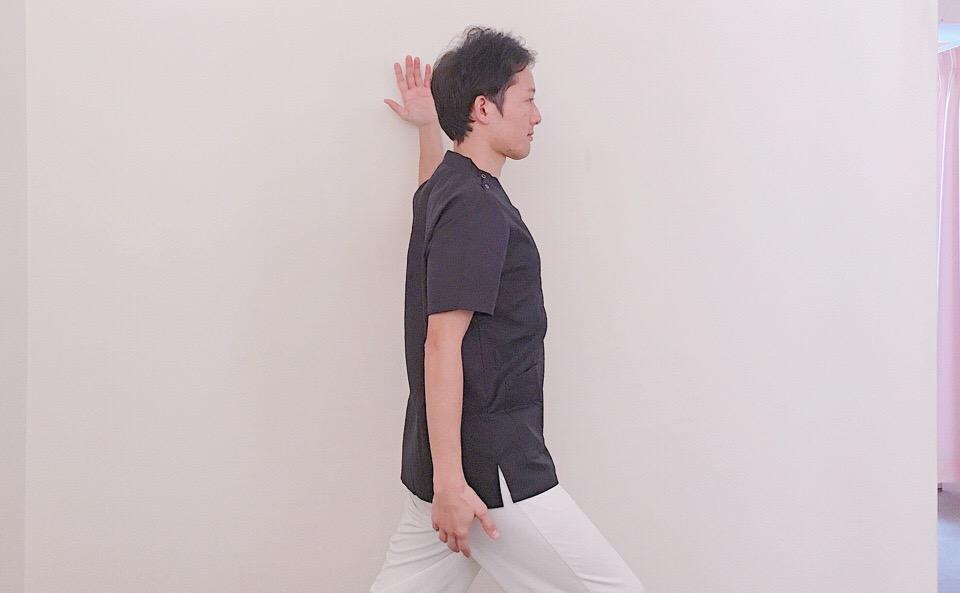 大胸筋(胸~肩の前)のストレッチの方法!【肩を揉んでも楽にならない人】