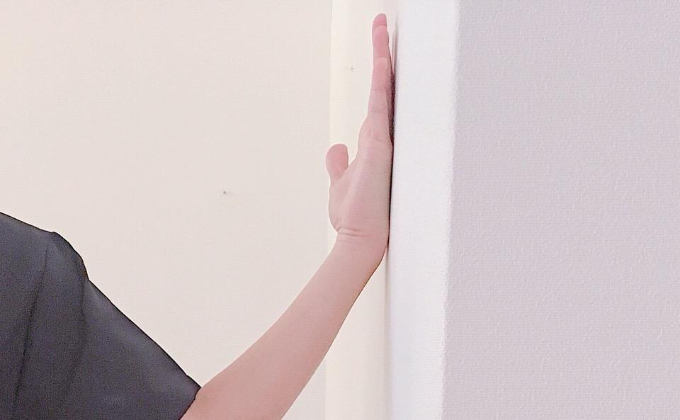 手の甲を壁に