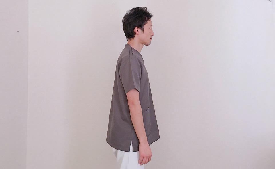 足を肩幅に拡げてまっすぐ立つ
