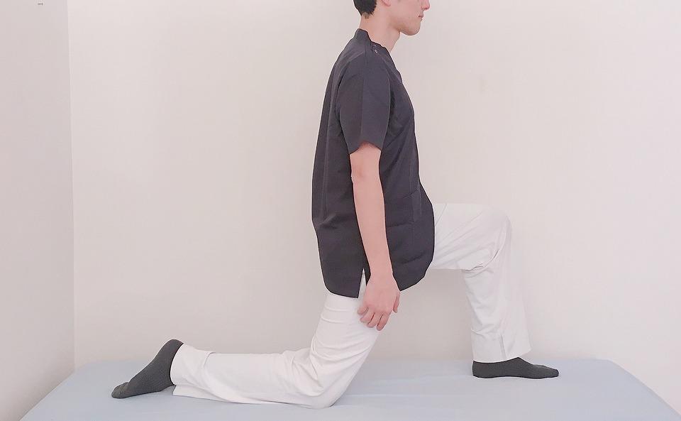 左足を一歩前に出す