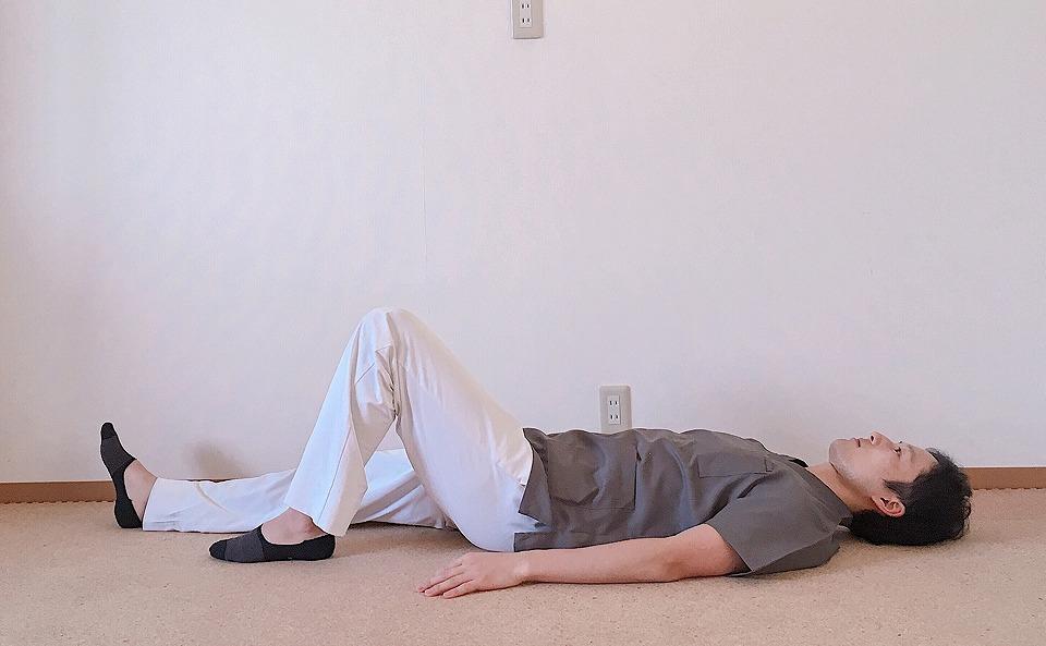 膝の角度は90°くらいで左足を立てます。