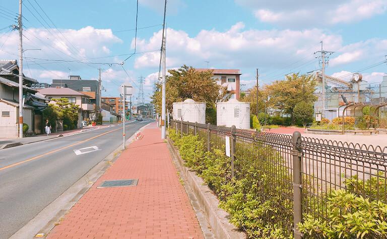 JR向日町駅を北方向に真っ直ぐ進んだ風景