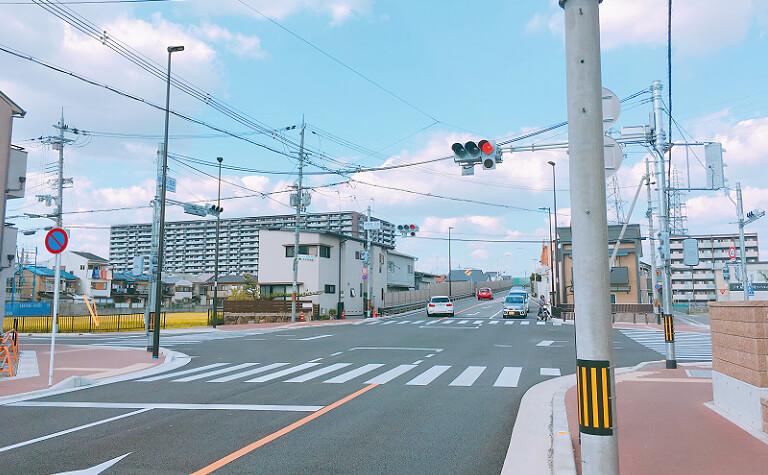 高架手前の交差点の風景